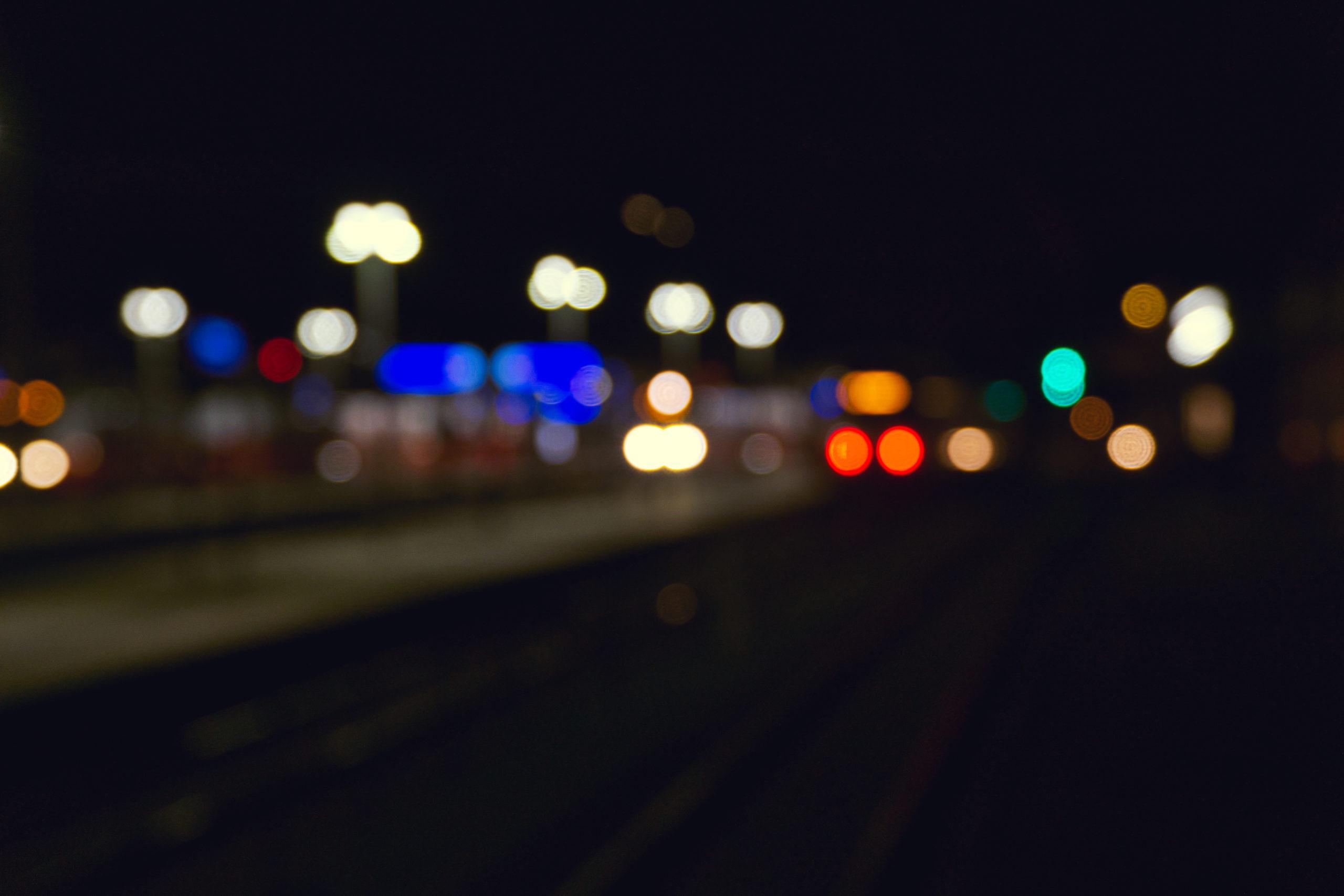 Bokeh Bild vom Bahnhof Stockerau. Im Hintergrund sind zwei Cityjetgarnituren am Bahnsteig. Das Bild wurde in Stockerau am Bahnhof aufgenommen. Urheber: Michael Mike Meier aus Stockerau.